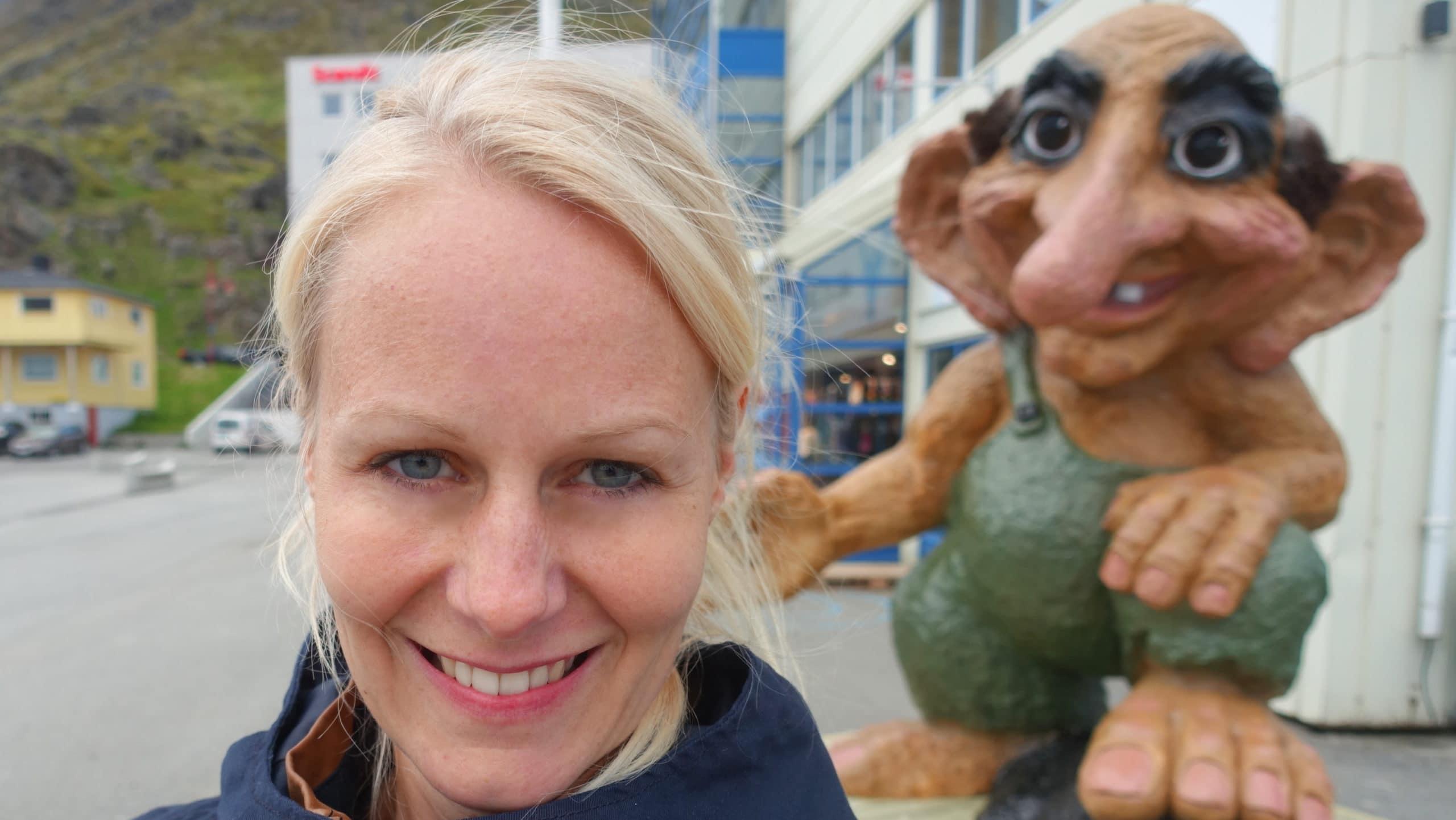 Birte mit einem norwegischen Troll kurz vorm Nordkap.