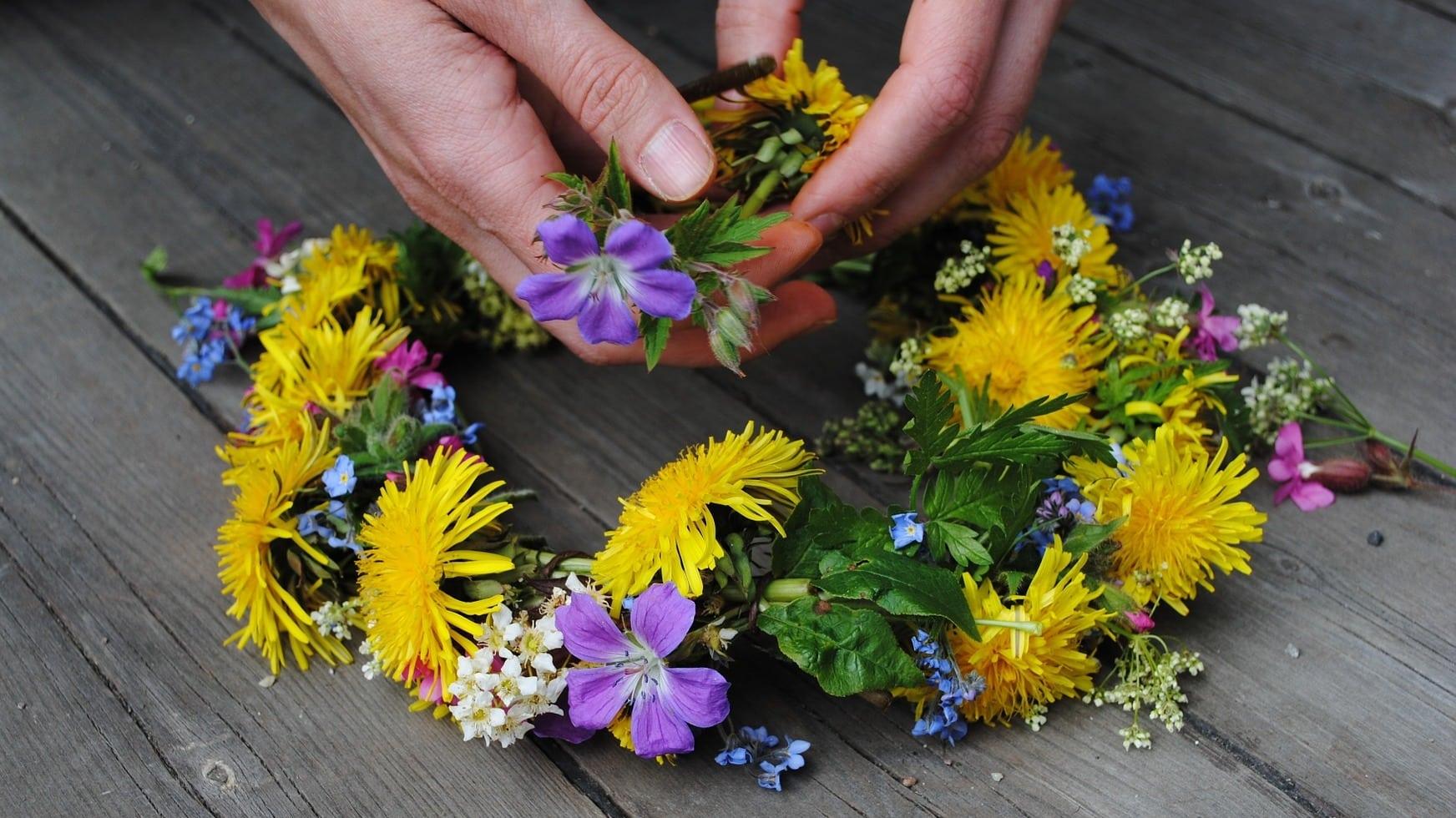 Blumenkränze werden typischerweise an Mittsommer gebunden
