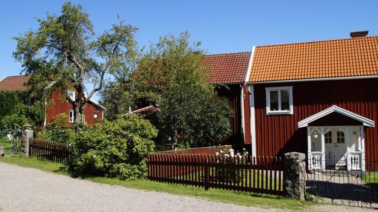 Bullerby heißt eigentlich Sevedstorp. Dort stehen auch der bekannte Mittelhof, Nordhof und der Südhof