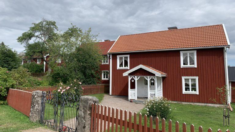 Die drei Häuser von Bullerbü gibt es wirklich. Sie liegen in Sevedstorp.