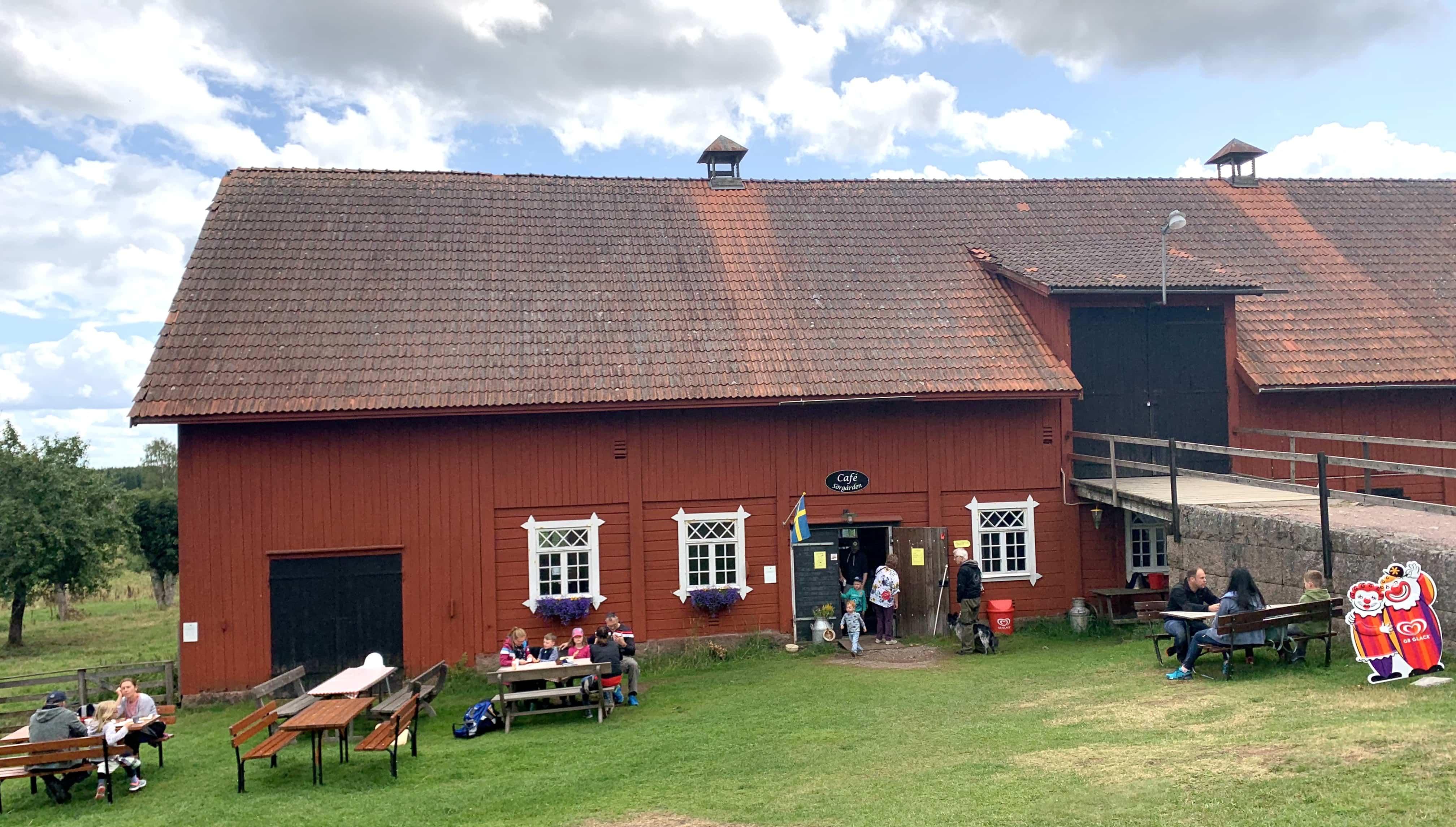 Bei frischen Waffeln kann man sich im Café Sörgården in Bullerbü bzw. Sevedstorp stärken