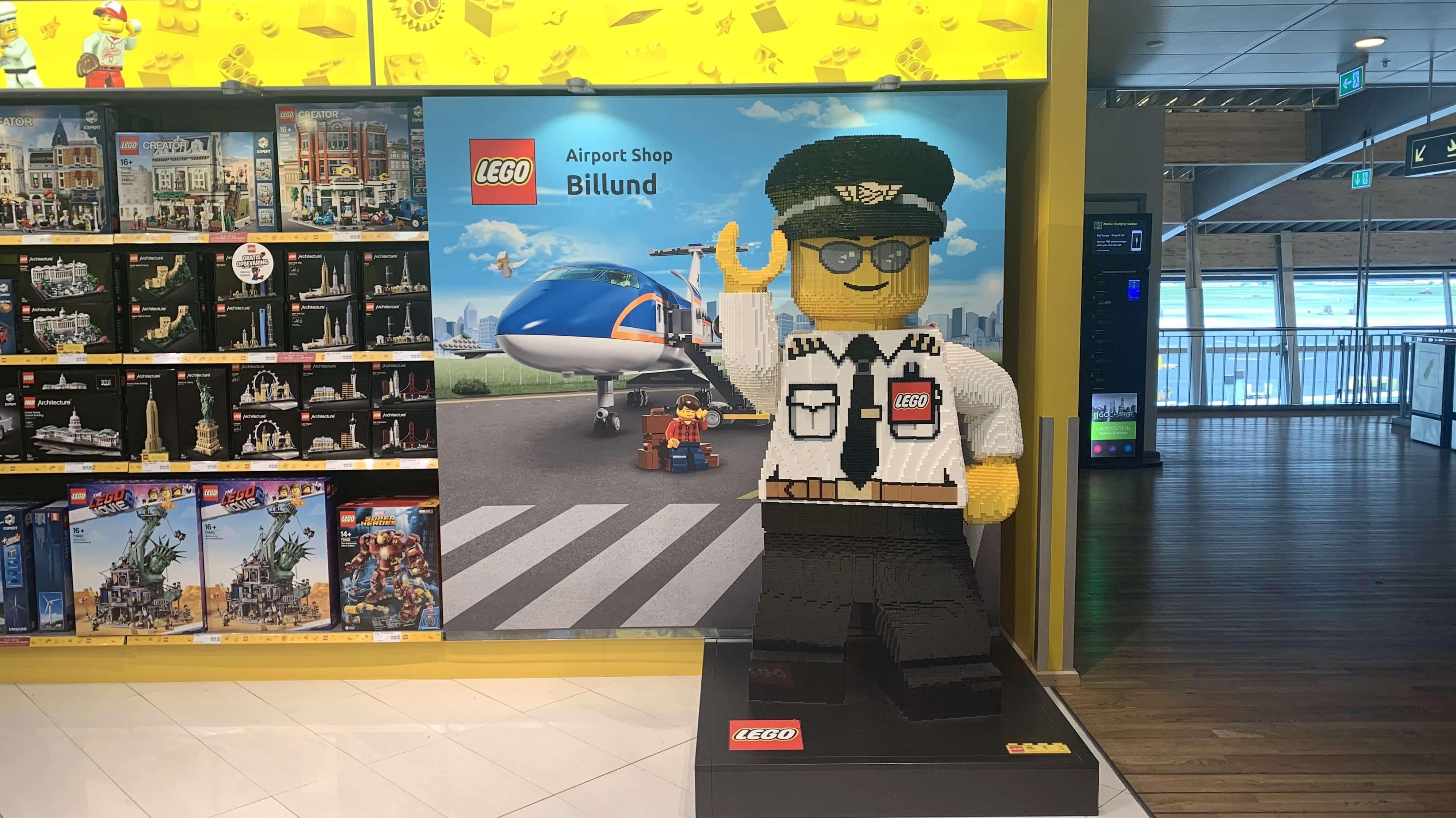 Noch bekannter als für seinen Flughafen ist Billund für das Legoland. Keine Überraschung also, dass es auch im Flughafen einen großen Lego-Shop und viele große Legomännchen gibt.