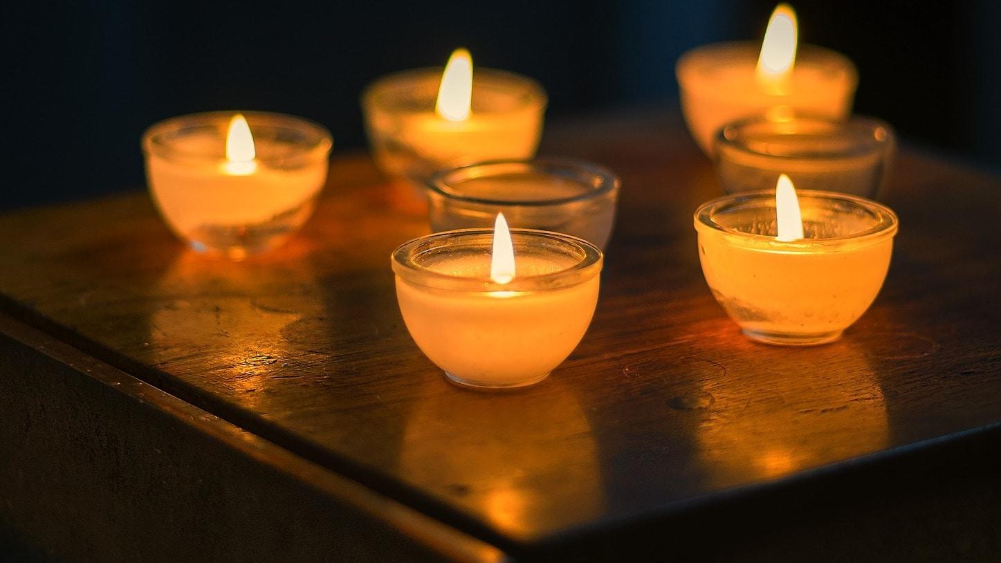 Beim schwedischen Fredagsmys machen es sich die Schweden unter anderem mit Kerzenschein gemütlich.