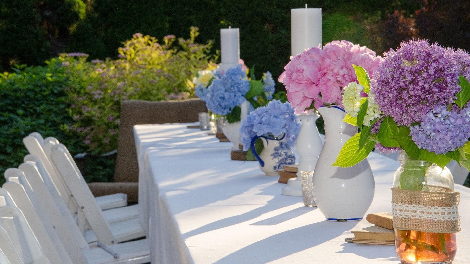 Bunte Blumen auf einem Gartentisch