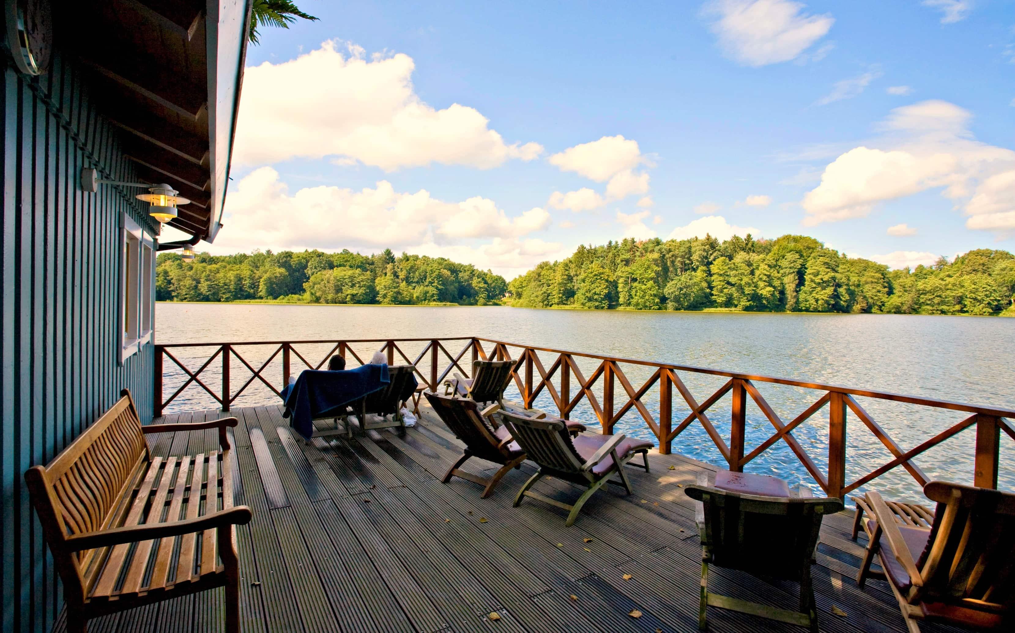 Beim Blick aus der Seesauna im MidSommerland in Hamburg-Harburg kann man herrlich entspannen.