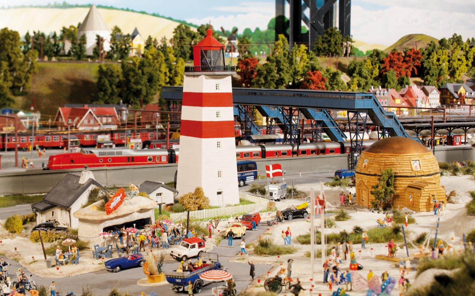 Direkt hinter dem Strand mit dem auffälligen Leuchtturm liegt der Pardborger Bahnhof. Ein Kurztrip nach Dänemark ist im Miniatur Wunderland in Hamburg möglich.
