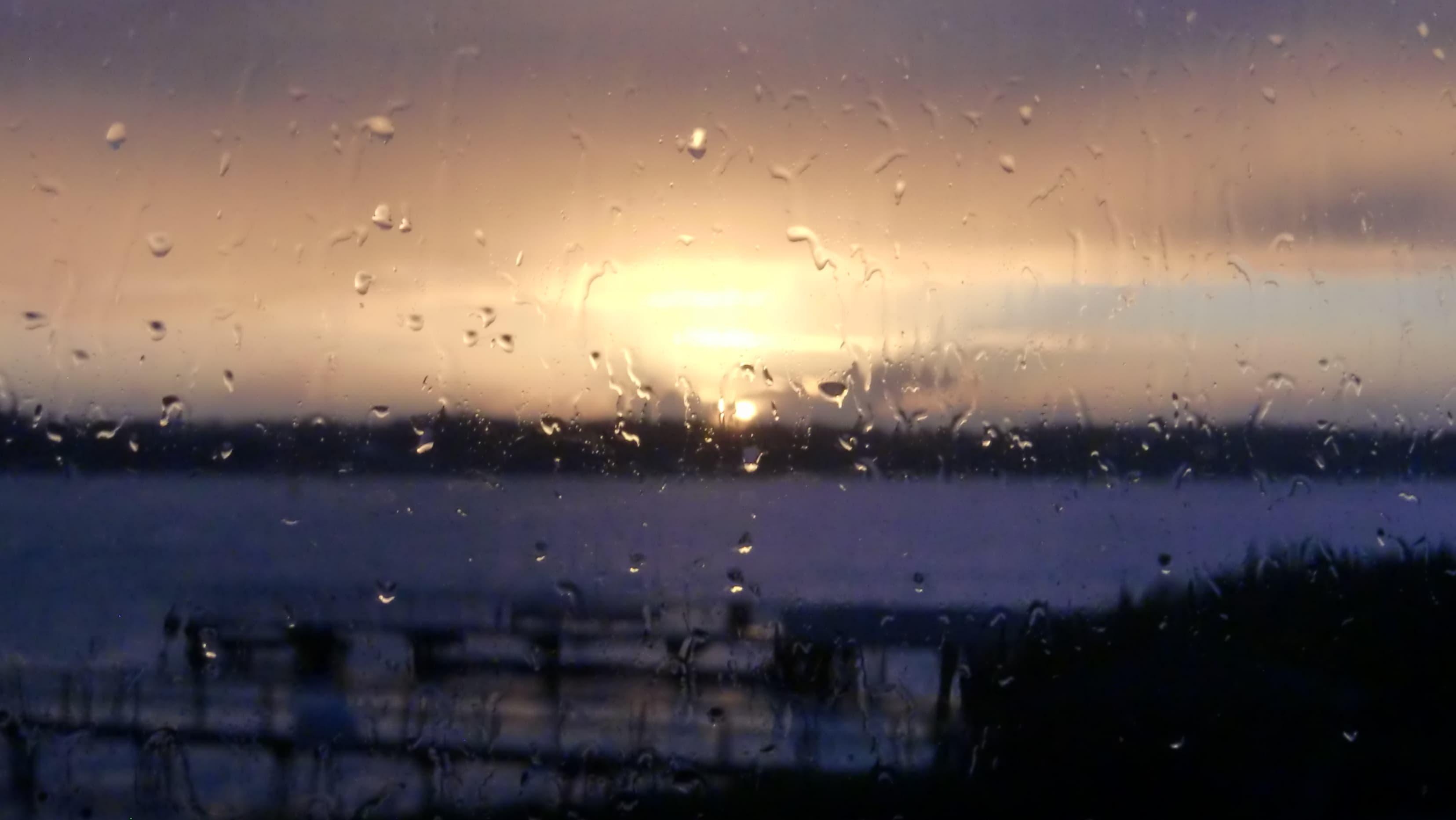 Wenn die Isländer es sich bei Schmuddelwetter drinnen gemütlich machen, dann nennen sie das Fensterwetter, Gluggavedur bzw. Gluggave∂ur eben. Auf dem Bild siehst du die Regentropfen auf unserer Fensterscheibe vor dem Sonnenuntergang auf Island.