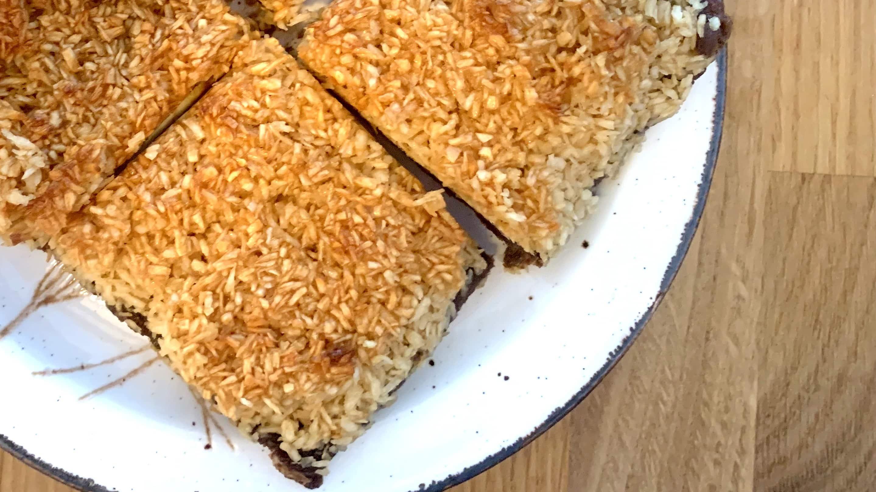 Kladdkaka med kokos ist ein schwedischer Schokokuchen mit Kokos