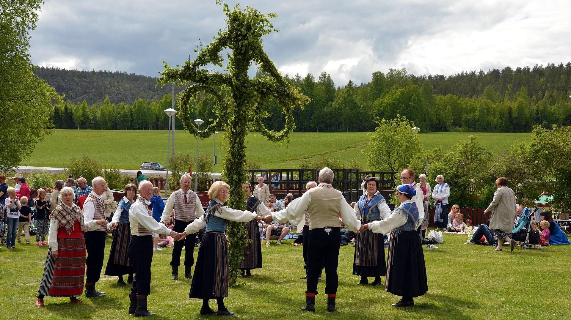 An Mittsommer tanzen die Schweden um den Maibaum
