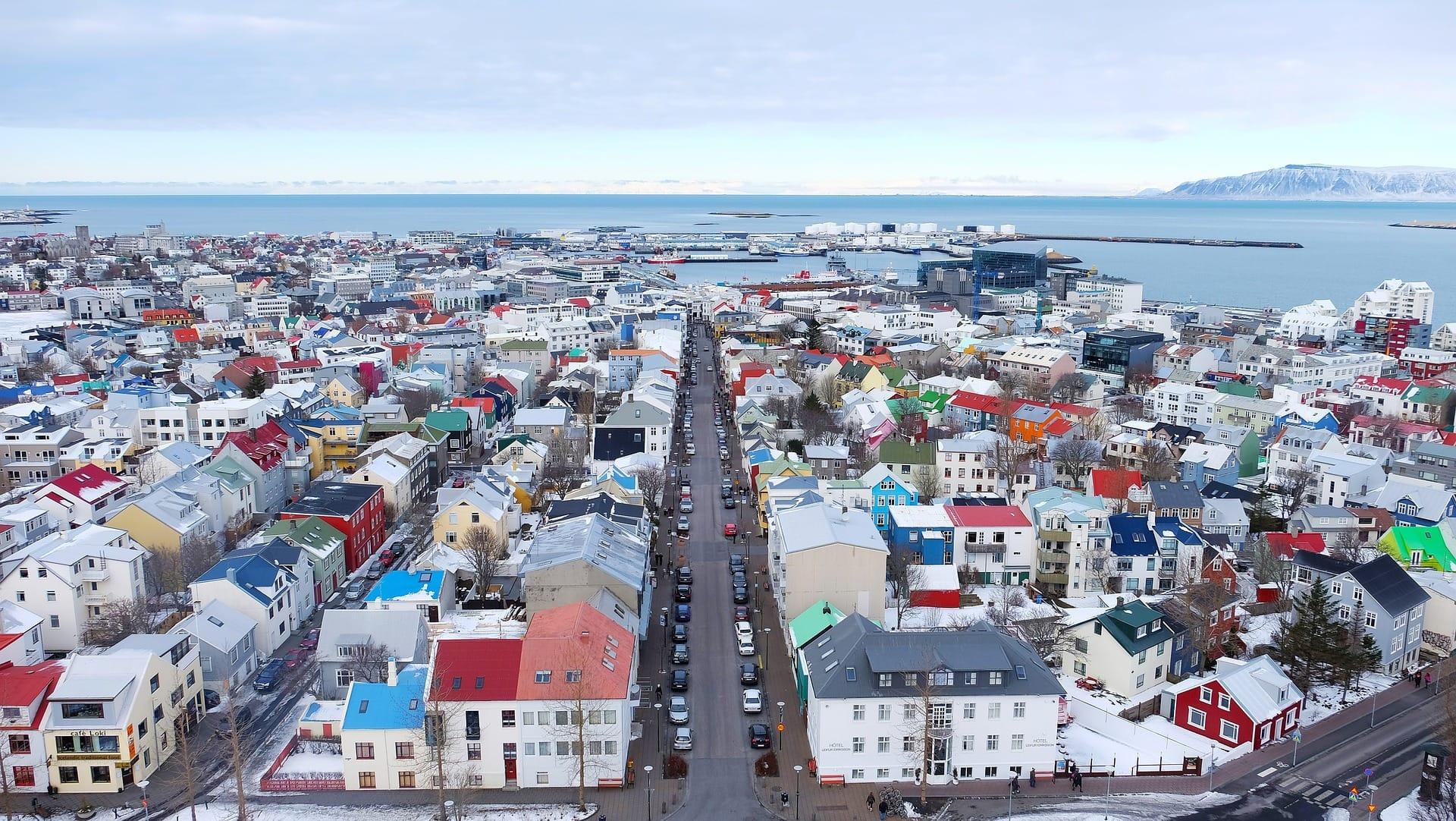 In Reykjavik werden die Bürgersteige geheizt. Die Wärme kommt aus dem Erdreich, das ganze ist also klimafreundlich.