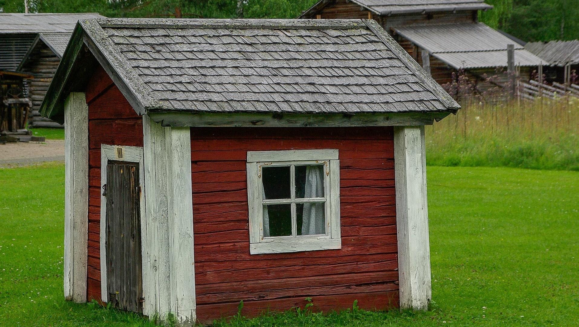 Ein kleines Holzhäuschen typisch schwedisch rot