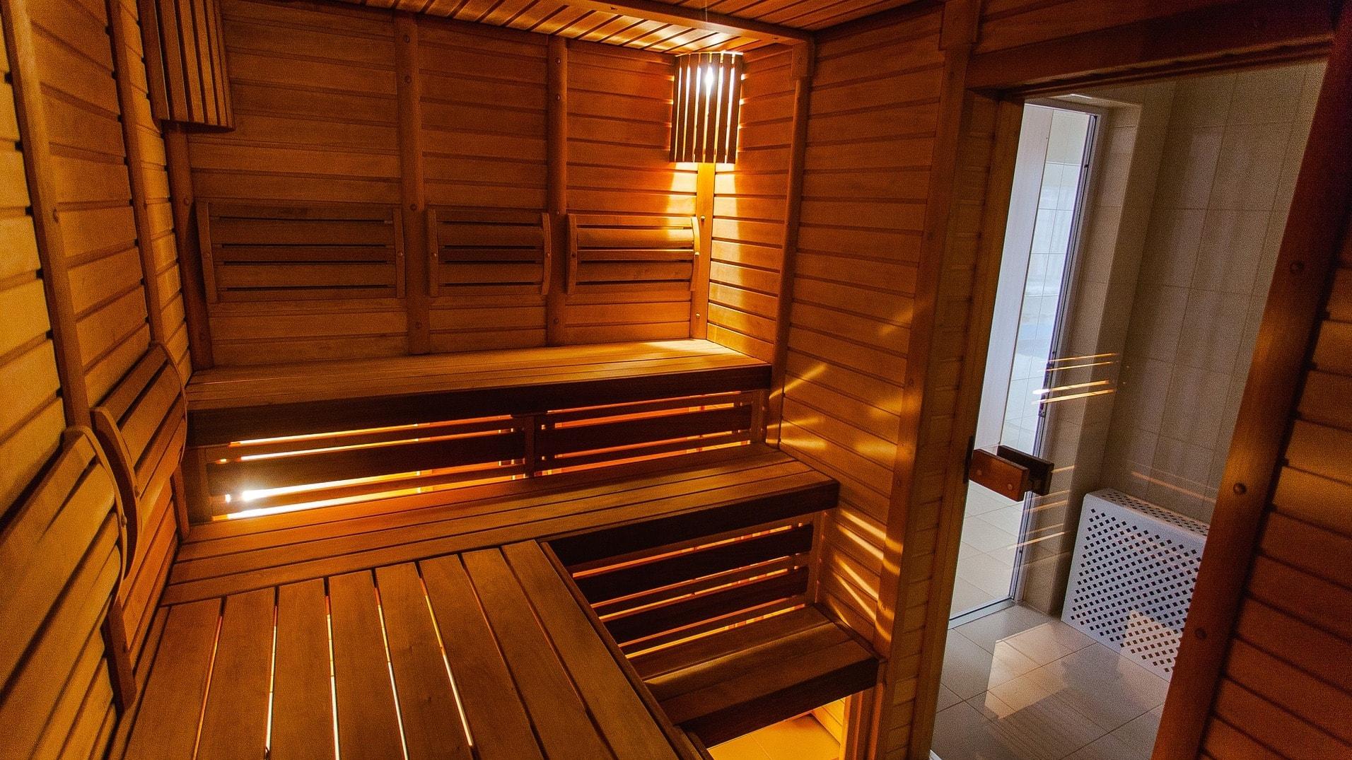 In Finnland saunieren die Einheimischen mit Bier, Birkenzweig und Saunawurst – aber ohne Bekleidung und Handtuch. Männer und Frauen gehen getrennt in die Sauna.