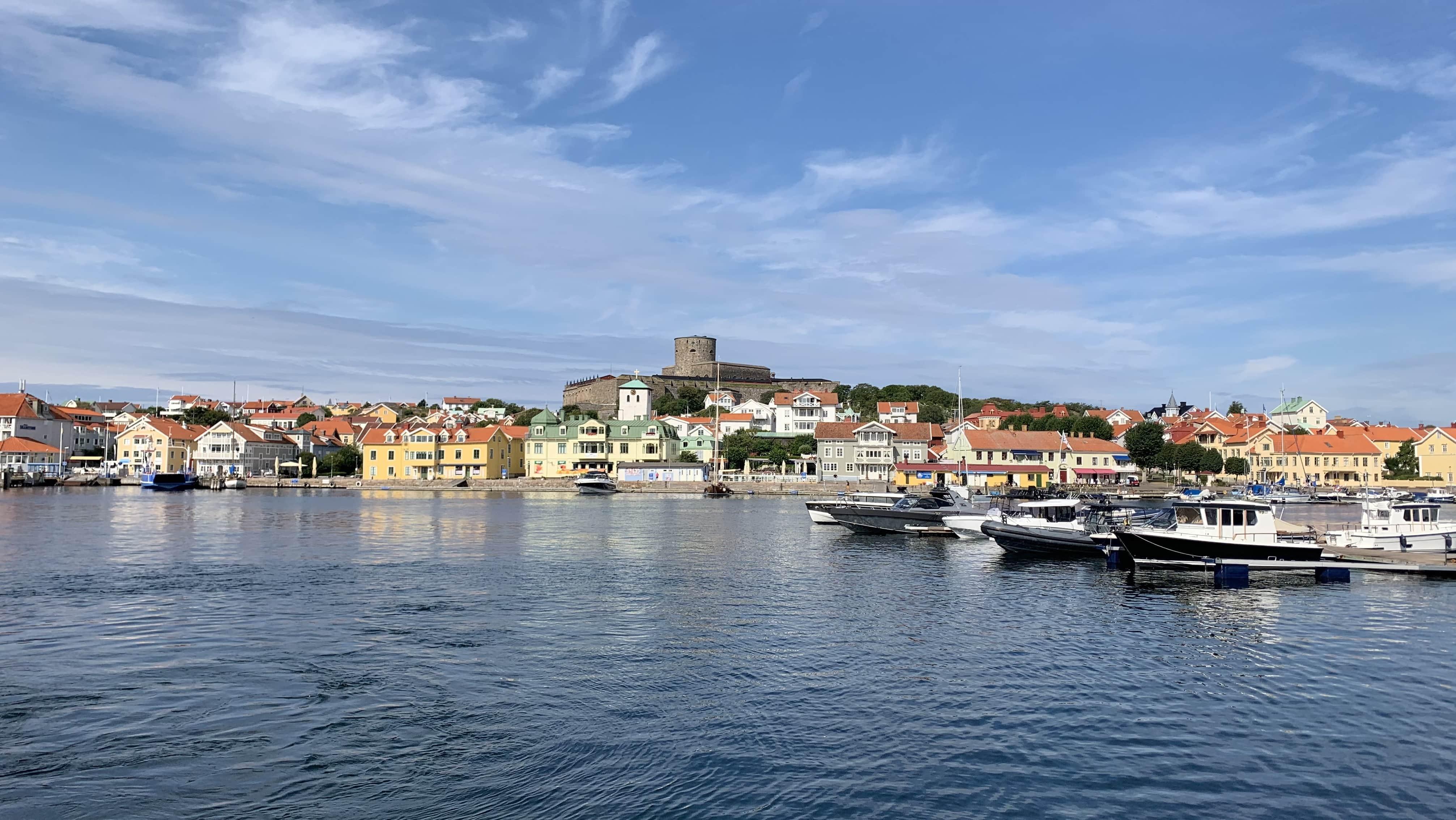 Drei Minuten dauert die Überfahrt von Koö nach Marstrand mit der Fähre. Die Burg Carlsten ist die bekannteste Sehenswürdigkeit der Insel.
