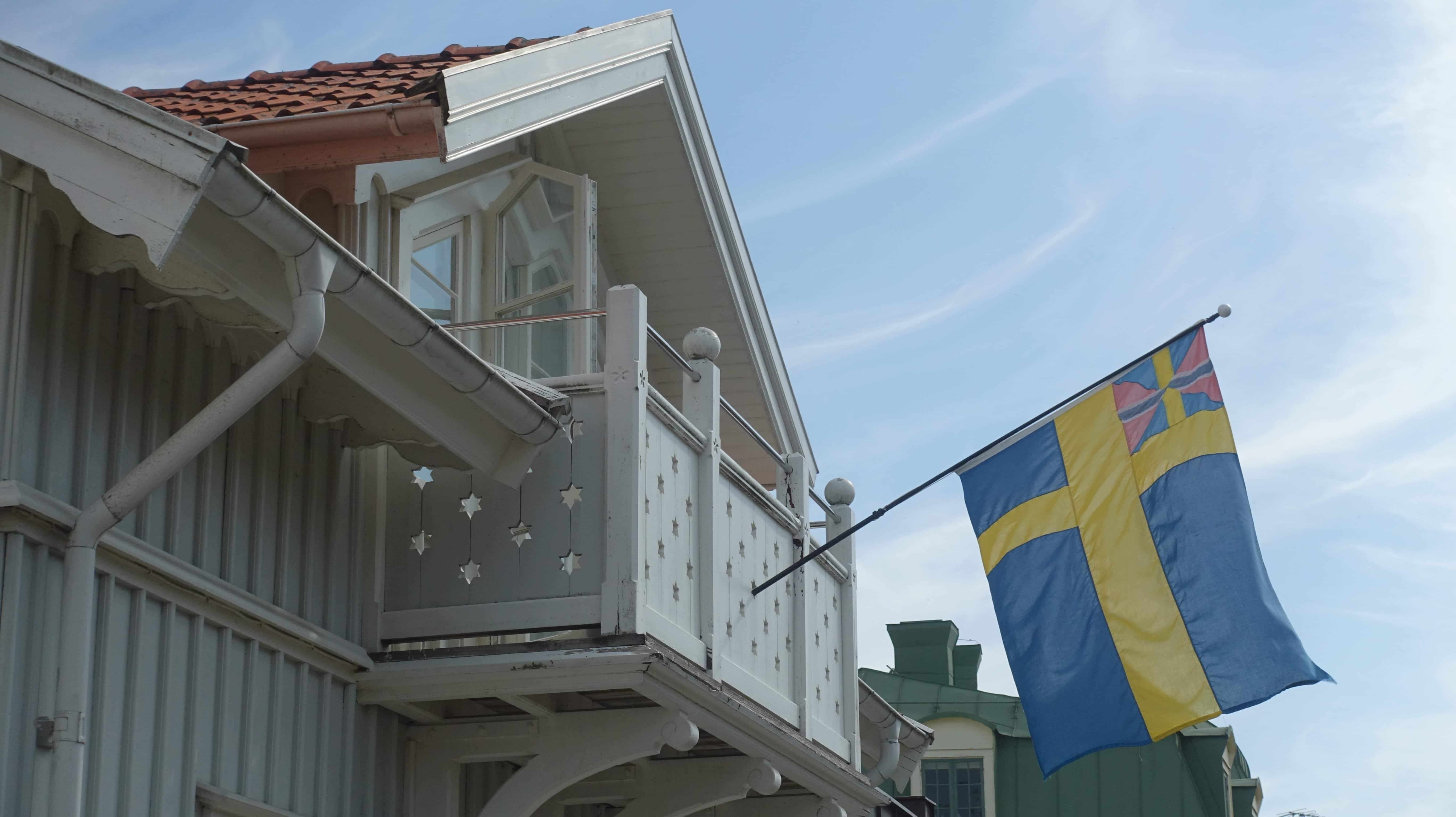 Schwedische Flagge an einem Haus auf Marstrand.