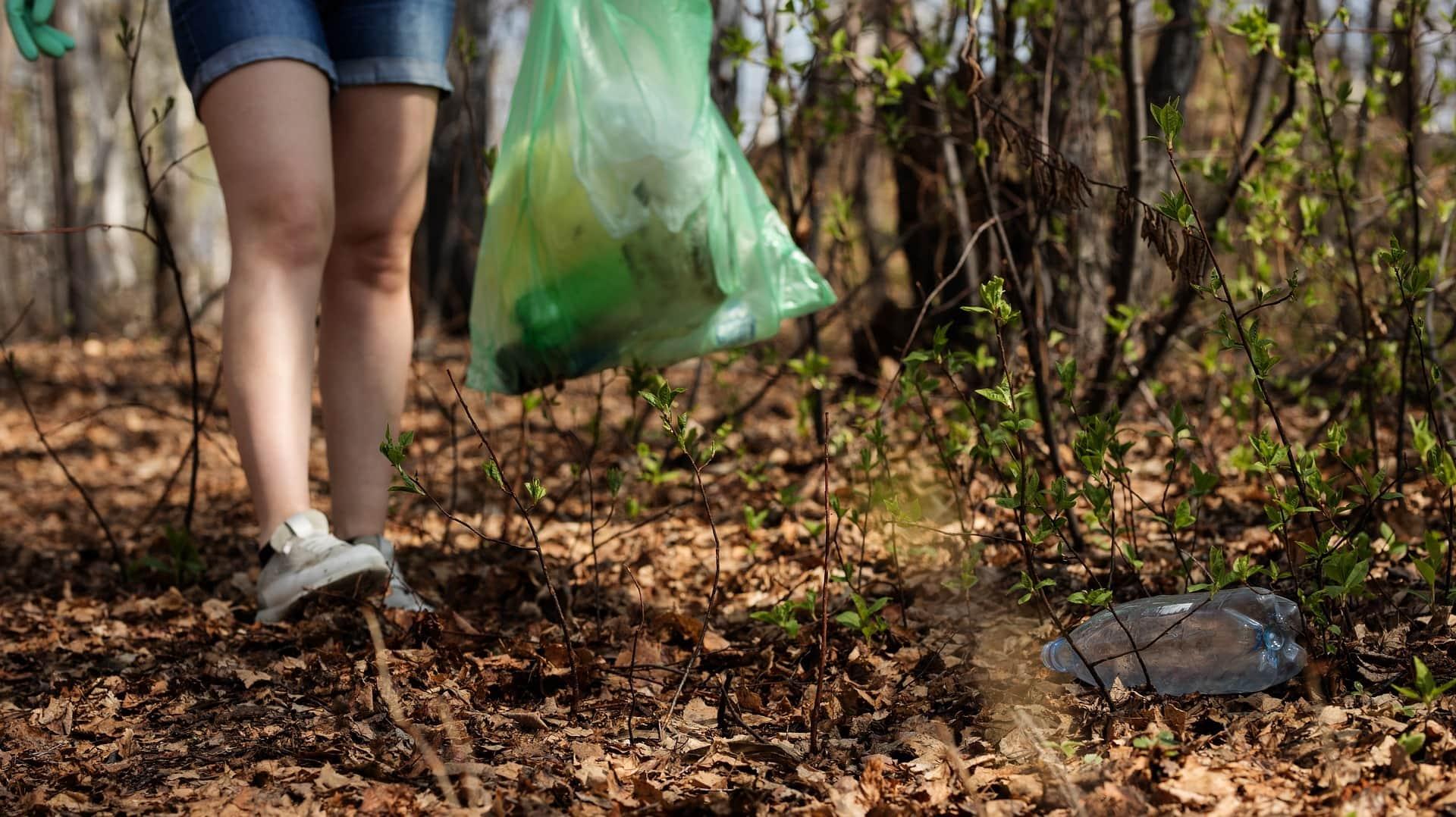 Plogging ist in Schweden ein Trendsport. Während des Joggens sammelst du gleichzeitig Müll ein.