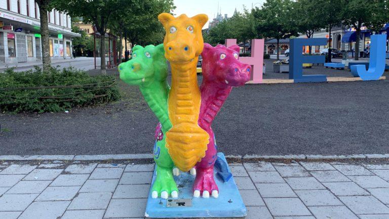 Jedes Jahr im Sommer zieren mehrere Dutzend Drachen die Innenstadt von Sundsvall. Sie sollen sie vor weiteren verheerenden Bränden beschützen.