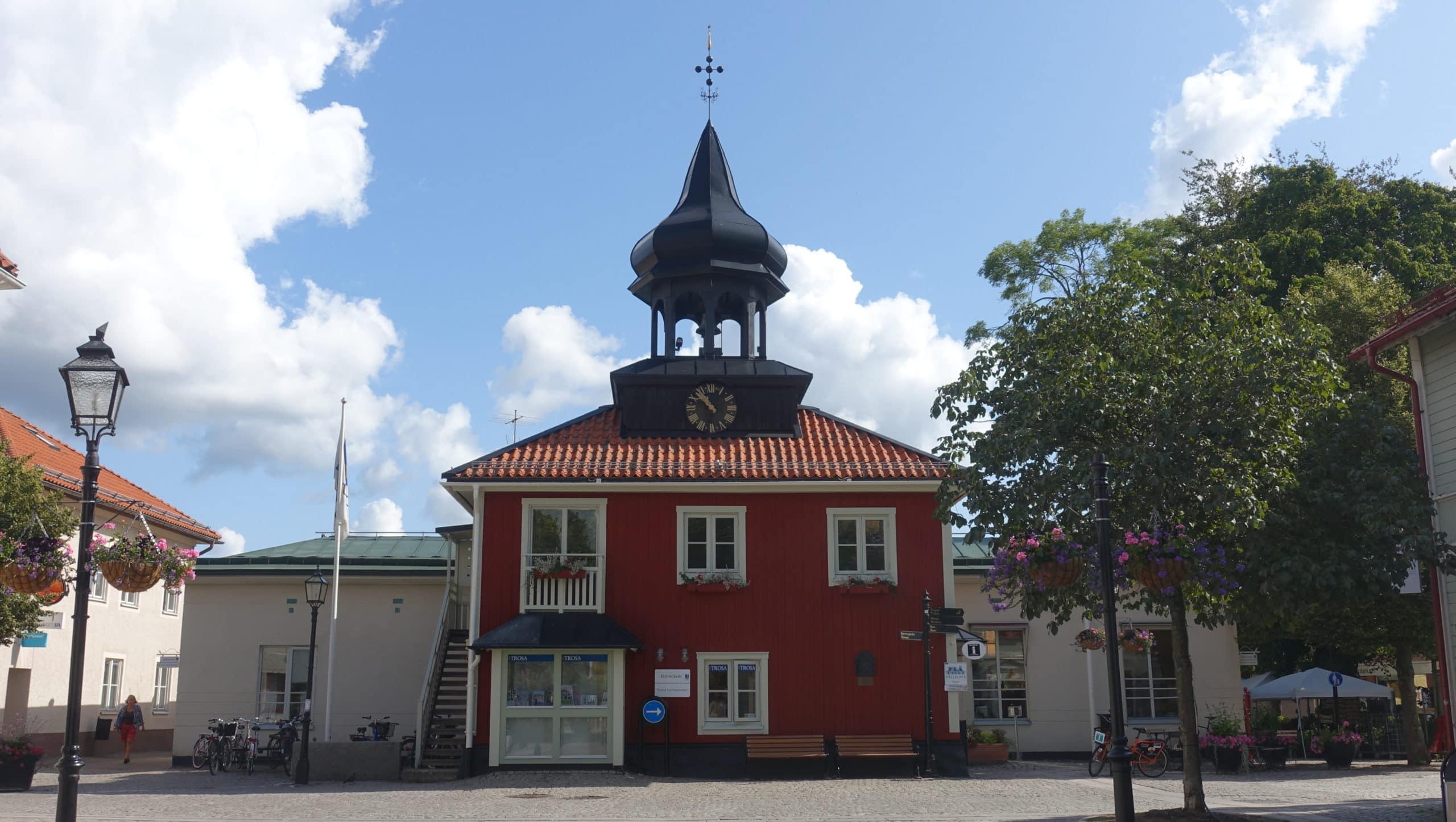 Das rote Holzhaus mit Glockenturm, in dem die Touristeninformation und die Bibliothek untergebracht sind, ist eine Kopie des Rathauses aus dem Jahr 1725, das allerdings 1883 abgerissen wurde.