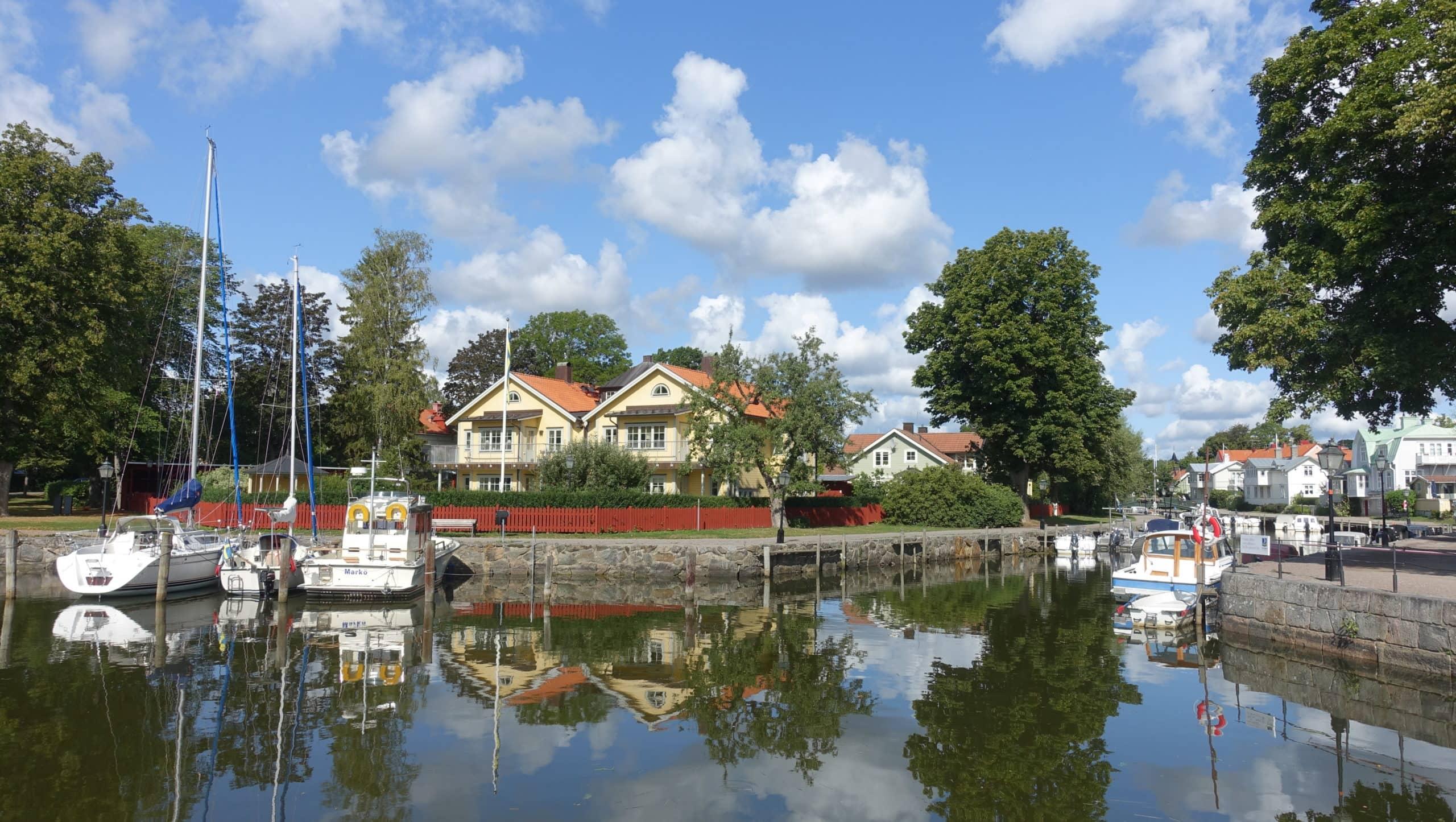 Die meisten bekannten Gebäude, die auch in den Filmen von Inga Lindström eine Rolle spielen, liegen in der Nähe des Trosaån, dem schmalen Fluß, der in die Ostsee mündet.