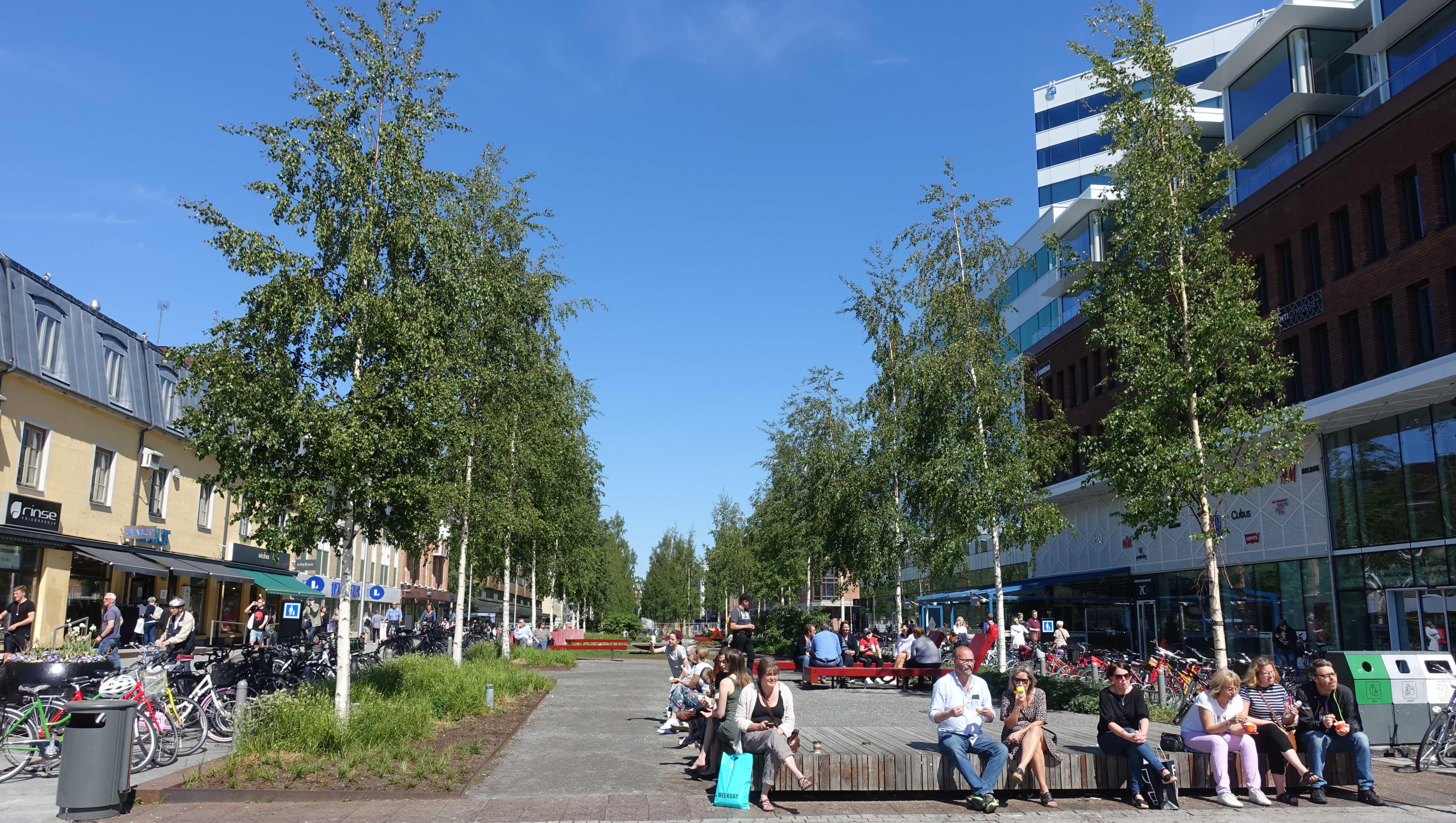 Passanten in Umeå in Schweden