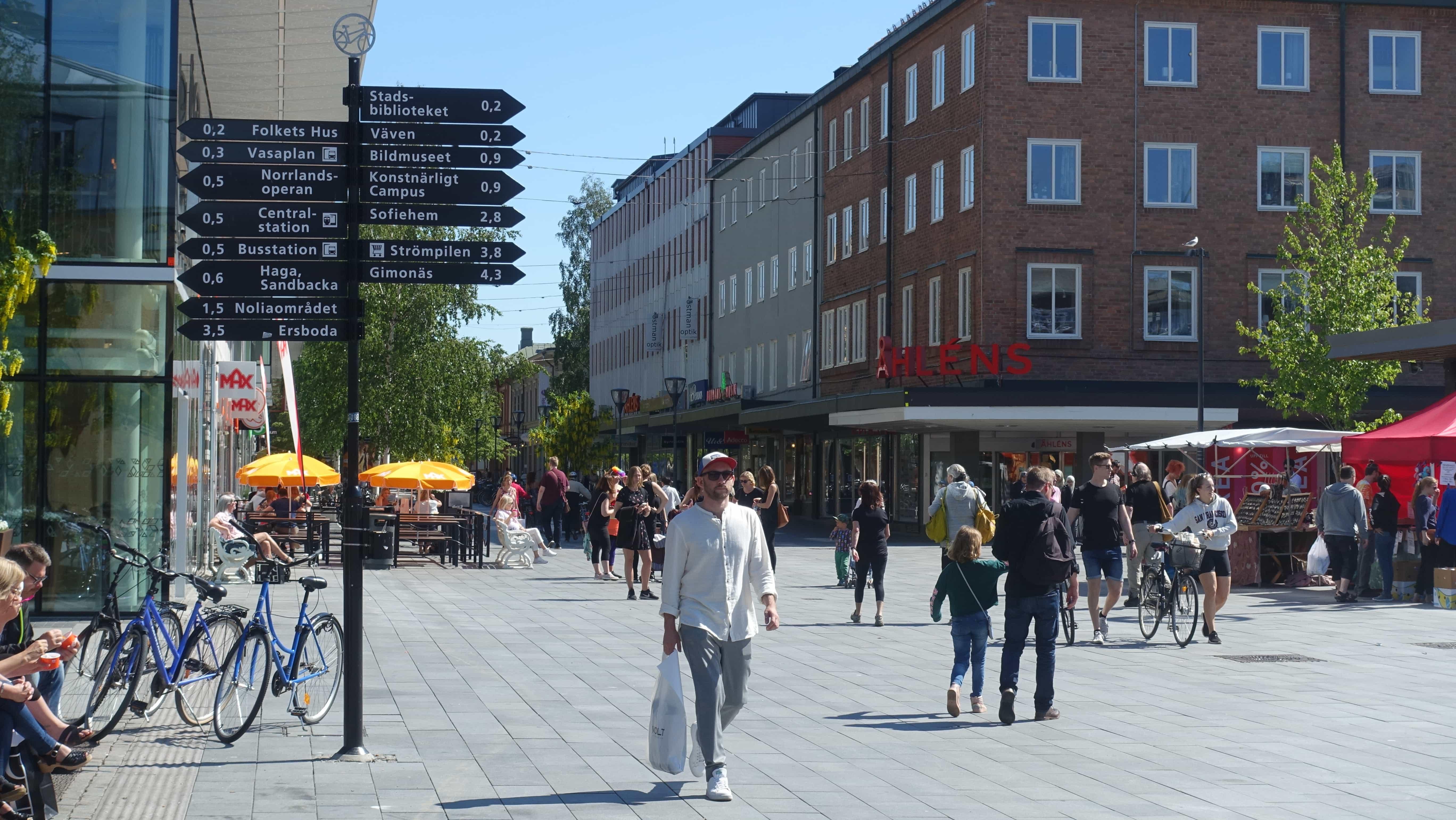 Wegweiser in der Kungsgatan in Umeå