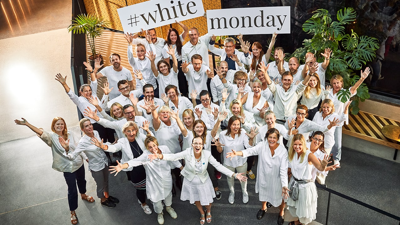 Nicht nur in Schweden feiern die Menschen vor dem Black Friday den White Monday – und setzen sich dabei für mehr Achtsamkeit und Nachhaltigkeit beim Shoppen ein.