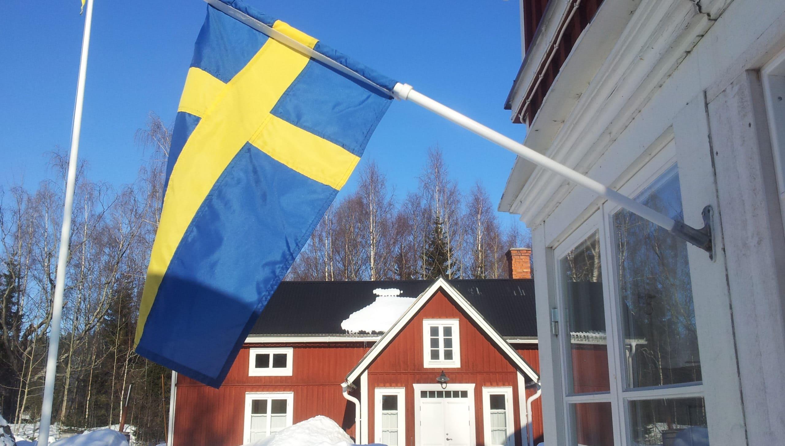 Schwedisches Holzhaus im Schnee