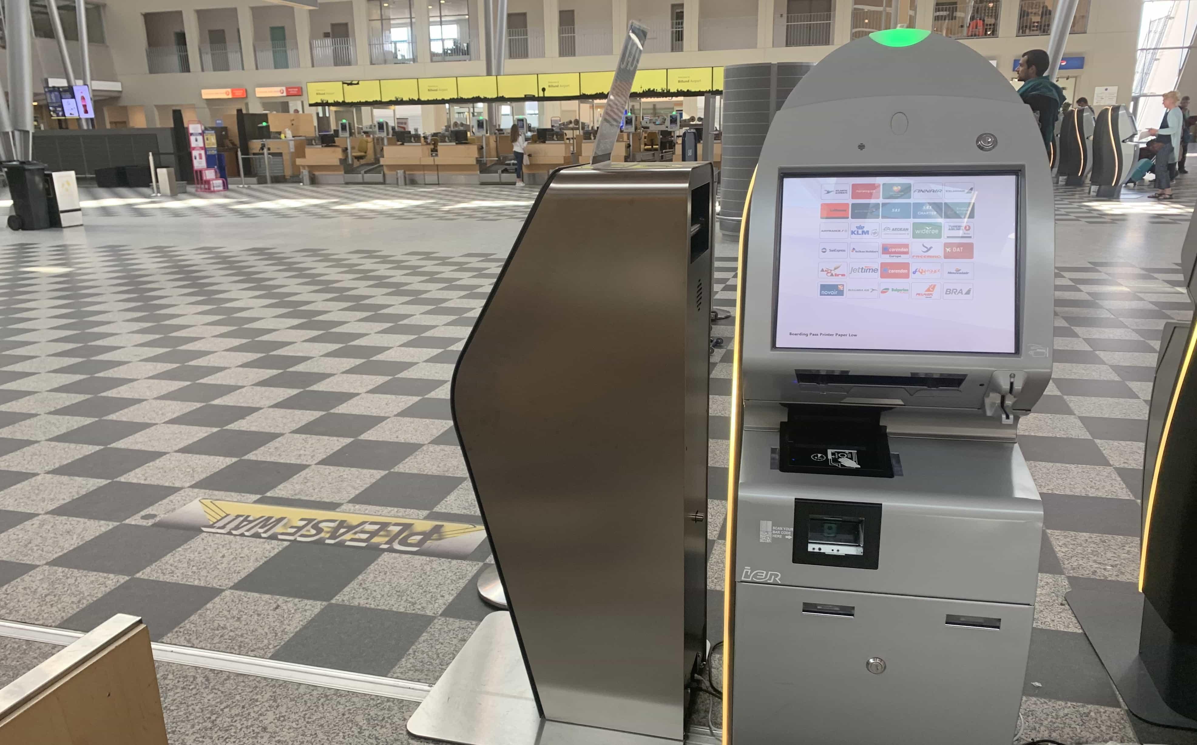 Der Check-in funktioniert am Flughafen Billund nur noch über Automaten. Bei Fragen hilft das Personal aber gerne weiter.