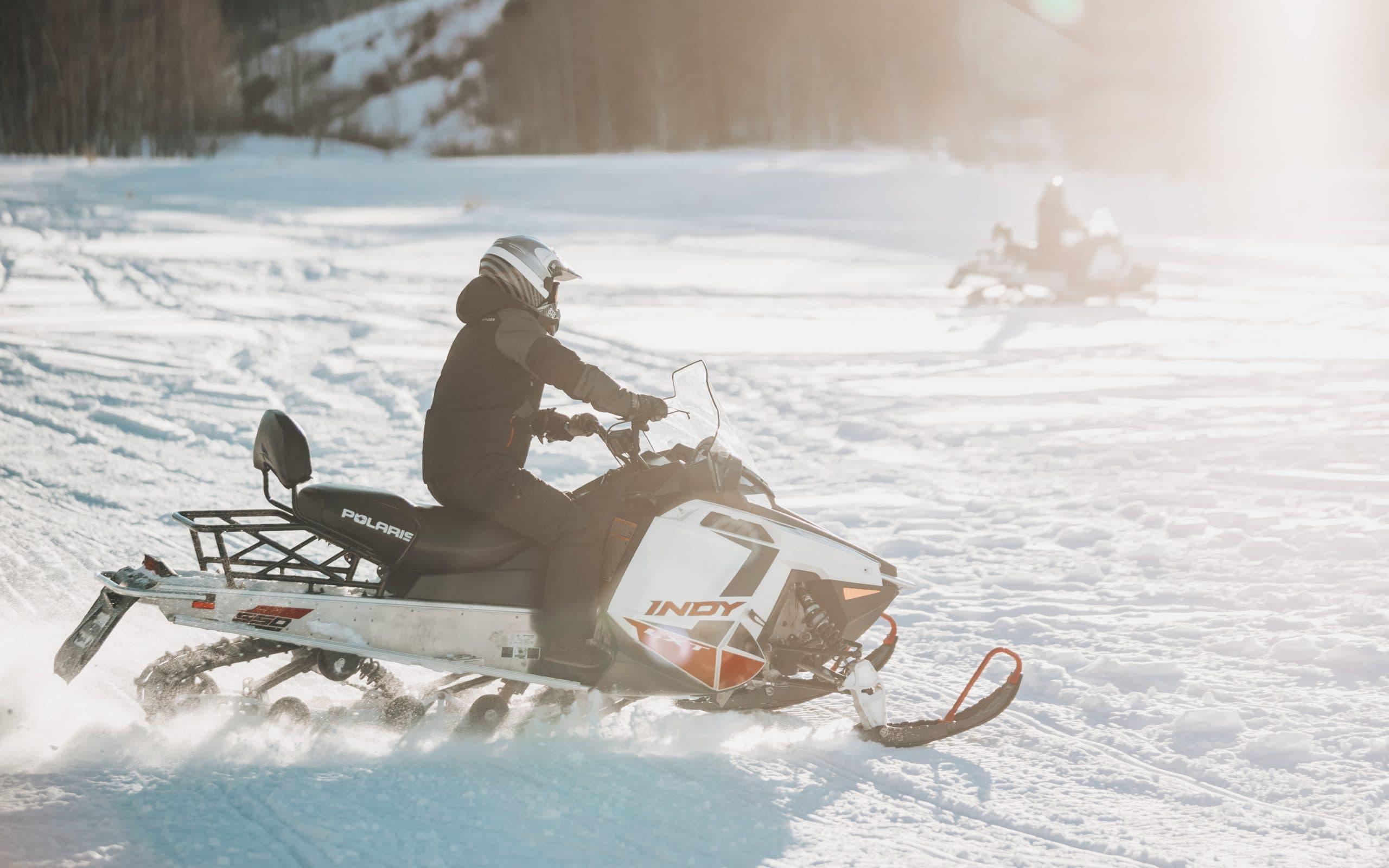 Snowmobilefahrer im Schnee