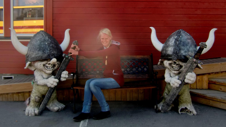 Birte mit zwei Trollen in Norwegen